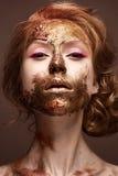 Jeune fille avec le maquillage et les textures créatifs sur son visage Beau modèle avec les flèches de framboise et le colorant d images libres de droits