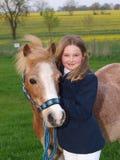Jeune fille avec le poney Photographie stock libre de droits