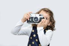 Jeune fille avec le rétro appareil-photo Image stock