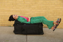 Jeune fille avec le sac de garde-robe Photo libre de droits