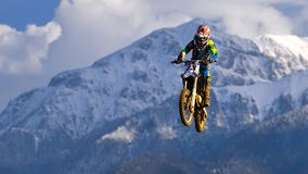 Jeune fille avec le vélo de motocross en Roumanie Sports extrêmes Image libre de droits
