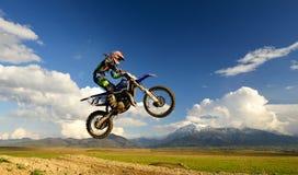 Jeune fille avec le vélo de motocross en Roumanie Sports extrêmes Photo stock