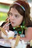 Jeune fille avec les cuvettes crèmes photos stock