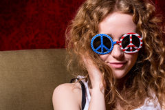 Jeune fille avec les lunettes de soleil de port de cheveux bouclés Photos libres de droits