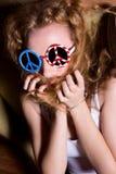 Jeune fille avec les lunettes de soleil de port de cheveux bouclés avec l'Américain Images libres de droits