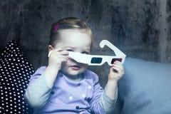 Jeune fille avec les verres 3D Photographie stock libre de droits