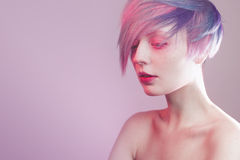Jeune fille avec les yeux et les cheveux roses, comme une poupée Photographie stock