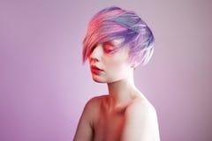 Jeune fille avec les yeux et les cheveux roses, comme une poupée Images stock
