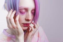 Jeune fille avec les yeux et les cheveux roses, comme une poupée Images libres de droits