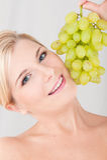Jeune fille avec raisins blancs Photographie stock
