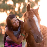 Jeune fille avec son cheval beau Images stock