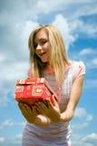 Jeune fille avec un cadeau dans les mains de image stock