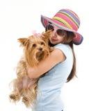 Jeune fille avec un chien terrier de Yorkshire Image stock