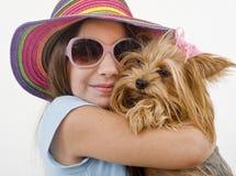 Jeune fille avec un chien terrier de Yorkshire Photos libres de droits
