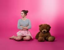 Jeune fille avec un jouet de peluche photo stock