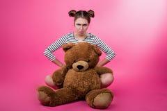 Jeune fille avec un jouet de peluche photographie stock