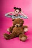 Jeune fille avec un jouet de peluche Images libres de droits