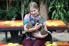 Jeune fille avec un léopard de chéri Photo libre de droits