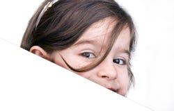Jeune fille avec un panneau blanc Images libres de droits