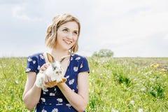 Jeune fille avec un petit lapin photographie stock