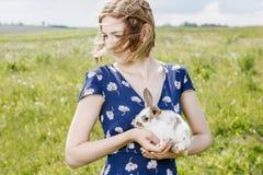 Jeune fille avec un petit lapin photos stock