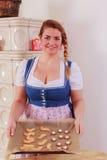 Jeune fille avec un plateau de cuisson complètement des biscuits photos stock