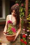 Jeune fille avec un pot de géranium photos libres de droits