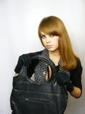 Jeune fille avec un sac en cuir noir Photo stock