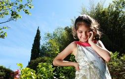 Jeune fille avec un téléphone portable Images libres de droits