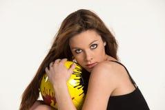 Jeune fille avec une bille jaune Photographie stock
