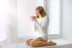 Jeune fille avec une cuvette de thé Photo stock