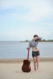 Jeune fille avec une guitare Photo stock