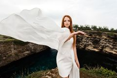 Jeune fille avec une robe volante photo stock