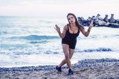 Jeune fille ayant l'amusement à la plage Photo stock