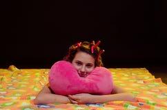 Jeune fille ayant l'amusement avant sommeil Photographie stock libre de droits