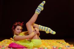 Jeune fille ayant l'amusement avant sommeil Photos libres de droits