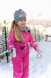 Jeune fille ayant l'amusement en hiver Images libres de droits