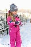 Jeune fille ayant l'amusement en hiver Photos stock