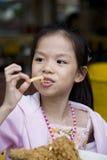 Jeune fille ayant la consommation d'amusement Image stock