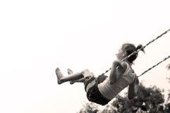 Jeune fille balançant haut Image libre de droits