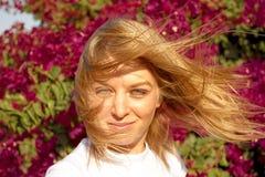 Jeune fille blanche et fleurs rouges images stock