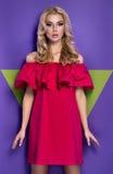 Jeune fille blonde attirante dans la robe rouge photo stock