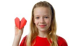 Jeune fille blonde avec le coeur rouge images libres de droits