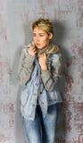 Jeune fille blonde avec les cheveux courts dans une veste de denim Photo stock