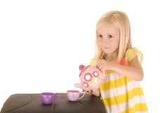 Jeune fille blonde chérie jouant avec un thé dans la chemise rayée Images libres de droits