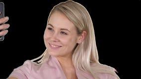 Jeune fille blonde de sourire prenant un selfie, Alpha Channel clips vidéos