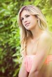 Jeune fille blonde douce souriant et regardant swimsuit Image libre de droits