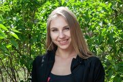 Jeune fille blonde en parc souriant tout en s'exerçant dehors photos libres de droits