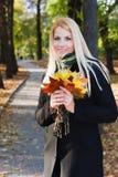 Jeune fille blonde en stationnement Image libre de droits