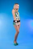 Jeune fille blonde mignonne dans le studio photographie stock